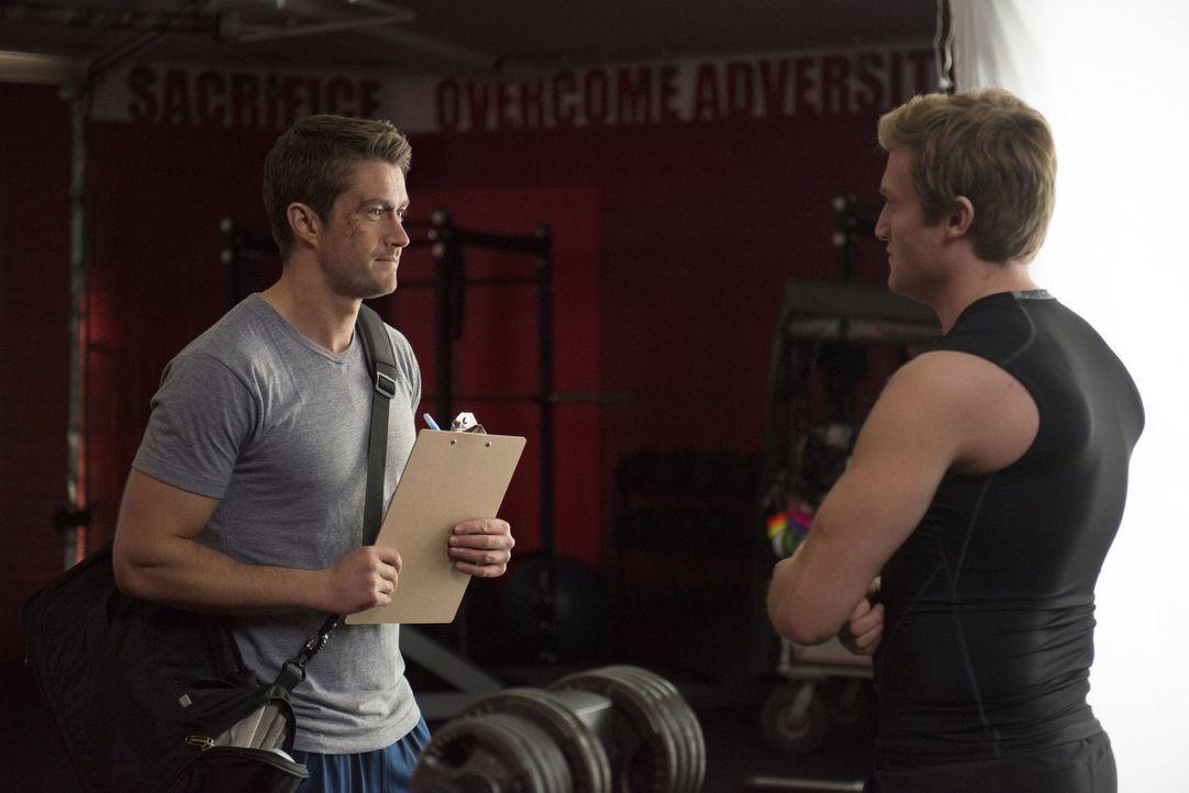 Als Major (Robert Buckley, l.) dem Trainer Jack (Patrick Roccas, r.) eröffnet, dass ihm alle Mittel recht sind, um Muskeln aufzubauen, beginnt diese... - Bildquelle: Warner Brothers