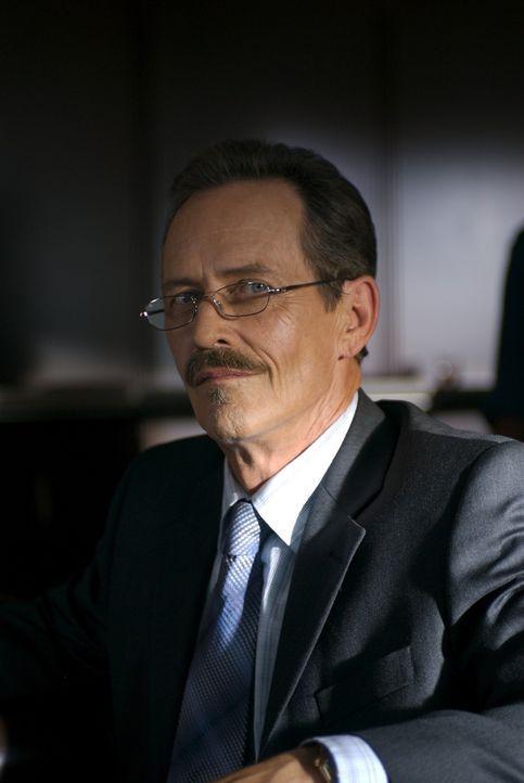 Edgar Powell (Stephen McHattie) versucht, durch eine nicht ganz legale Methode, den Auftrag zum Bau einer Schutzmauer entlang der Ostküste der Verei... - Bildquelle: 2006 RHI Entertainment Distribution, LLC