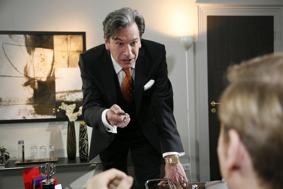Julius (Günter Barton, l.) versucht, Philip (Philipp Romann, r.) hart in die Grenzen zu weisen. Doch wird er Erfolg haben? - Bildquelle: SAT.1