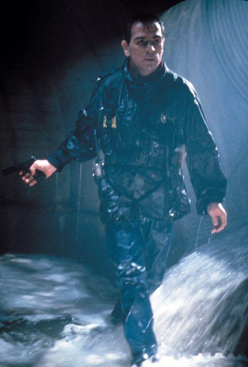 Auf der Jagd nach dem flüchtigen Dr. Kimble: U.S. Marshall Samuel Gerard (Tommy Lee Jones) ... - Bildquelle: Warner Brothers International Television Distribution Inc.