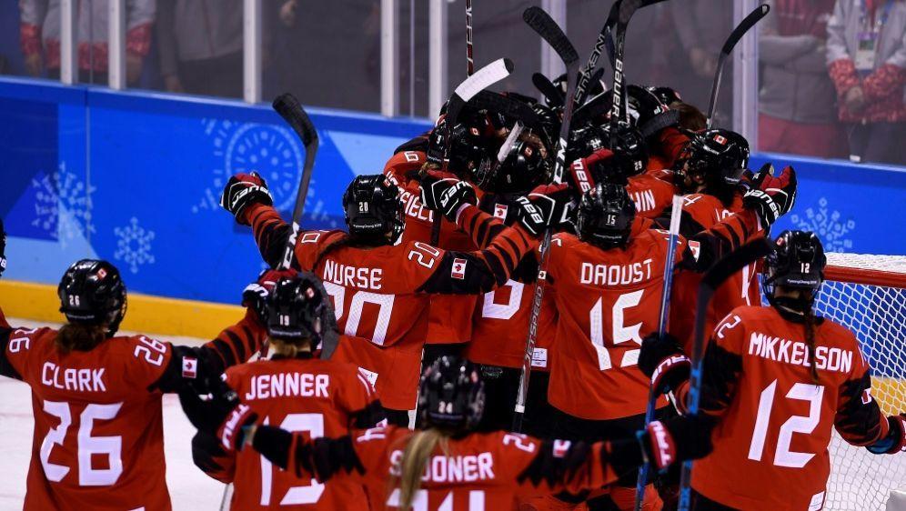 Kanadierinnen jubeln nach ihrem Sieg über die USA - Bildquelle: AFPSIDBRENDAN SMIALOWSKI