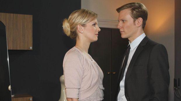 Alexandra (Ivonne Schönherr, l.) glaubt Philip (Philipp Romann, r.) kein Wort...