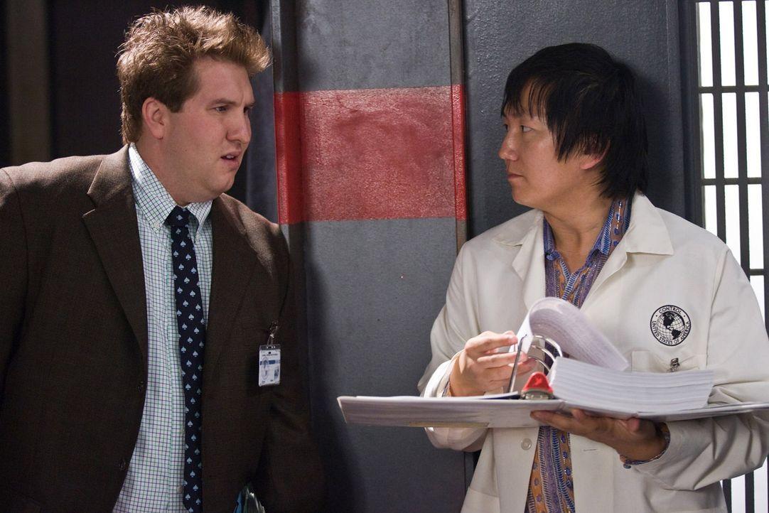 Die beiden CONTROL-Erfinder Bruce (Masi Oka, r.) und Lloyd (Nate Torrence, l.) haben eine Erfindung gemacht, die ihren Vorgesetzten besonders erfreu... - Bildquelle: Warner Brothers