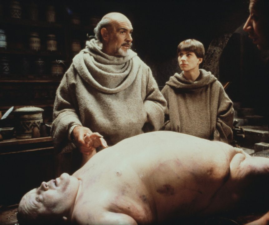 William von Baskerville (Sean Connery, l.) und sein Schüler Adson (Christian Slater, r.) machen an der Leiche eines Mönchs eine interessante Entde... - Bildquelle: Constantin Film