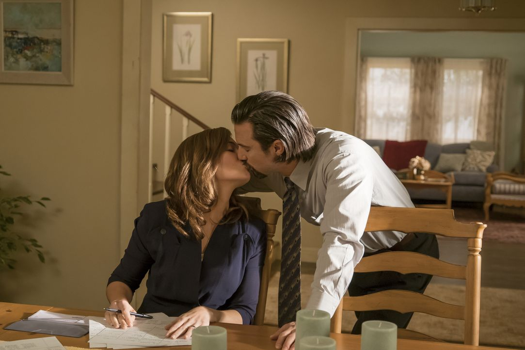 Der Valentinstag von Rebecca (Mandy Moore, l.) und Jack (Milo Ventimiglia, r.) verläuft leider nicht, wie von den beiden geplant ... - Bildquelle: Ron Batzdorff 2016-2017 Twentieth Century Fox Film Corporation.  All rights reserved.   2017 NBCUniversal Media, LLC.  All rights reserved.
