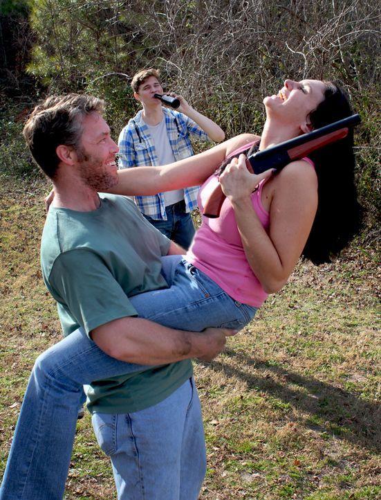 Chuck (l.) und Chrystal (r.) wollen ein neues Leben beginnen und nehmen den jungen Billy mit auf ihren ungewissen Weg ... - Bildquelle: M2 Pictures