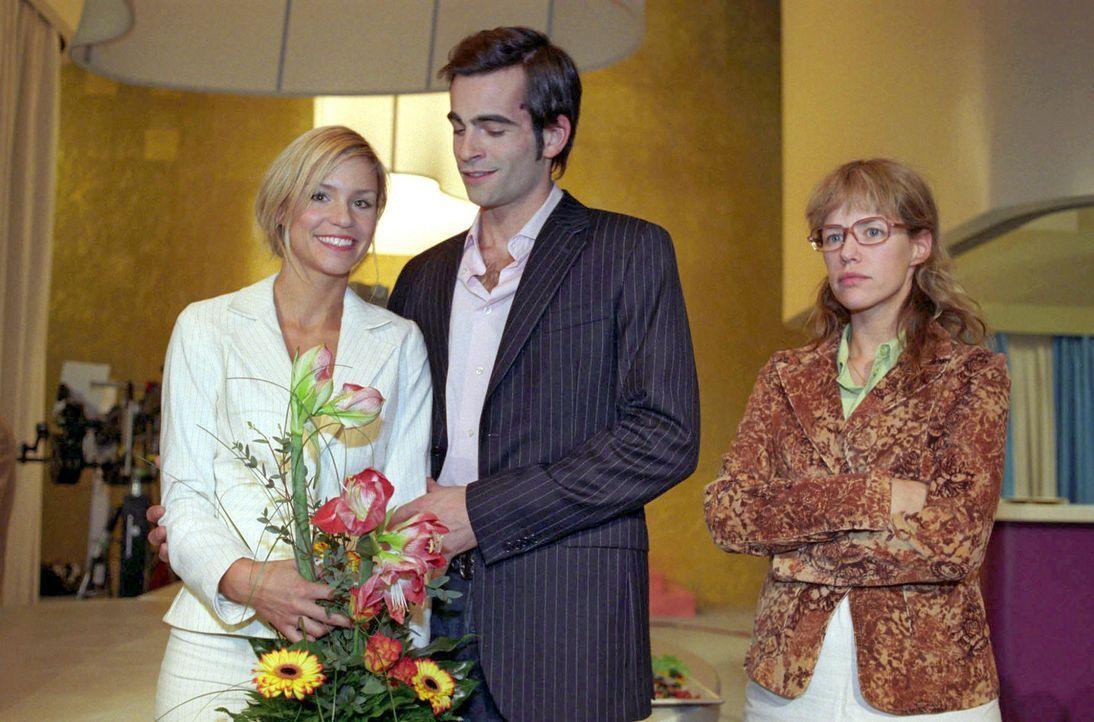 David (Mathis Künzler, M.) präsentiert der Presse seine angebliche Lebensretterin, die attraktive Sabrina Hofmann (Nina-Friederike Gnädig, l.). L... - Bildquelle: Sat.1