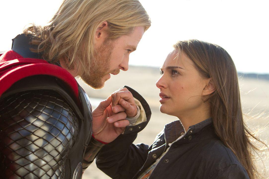 Dank Jane (Natalie Portman, r.) lernt Thor (Chris Hemsworth, l.), was es heißt Mensch zu sein und schafft es die Attribute in sich zu erkennen, die... - Bildquelle: 2011 MVLFFLLC. TM &   2011 Marvel. All Rights Reserved.