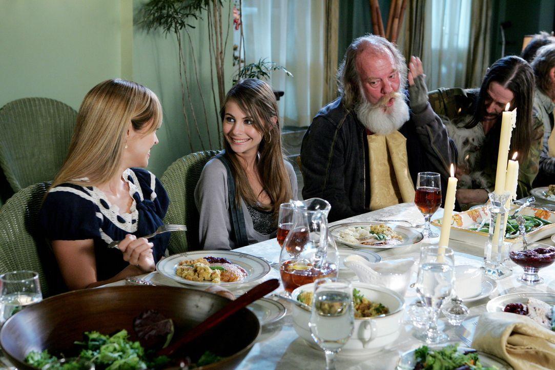 Als die Cohens gemeinsam mit Taylor (Autumn Reeser, l.), Kaitlin (Willa Holland, 2.v.l.) und den Obdachlosen Thanksgiving feiern, steht plötzlich J... - Bildquelle: Warner Bros. Television