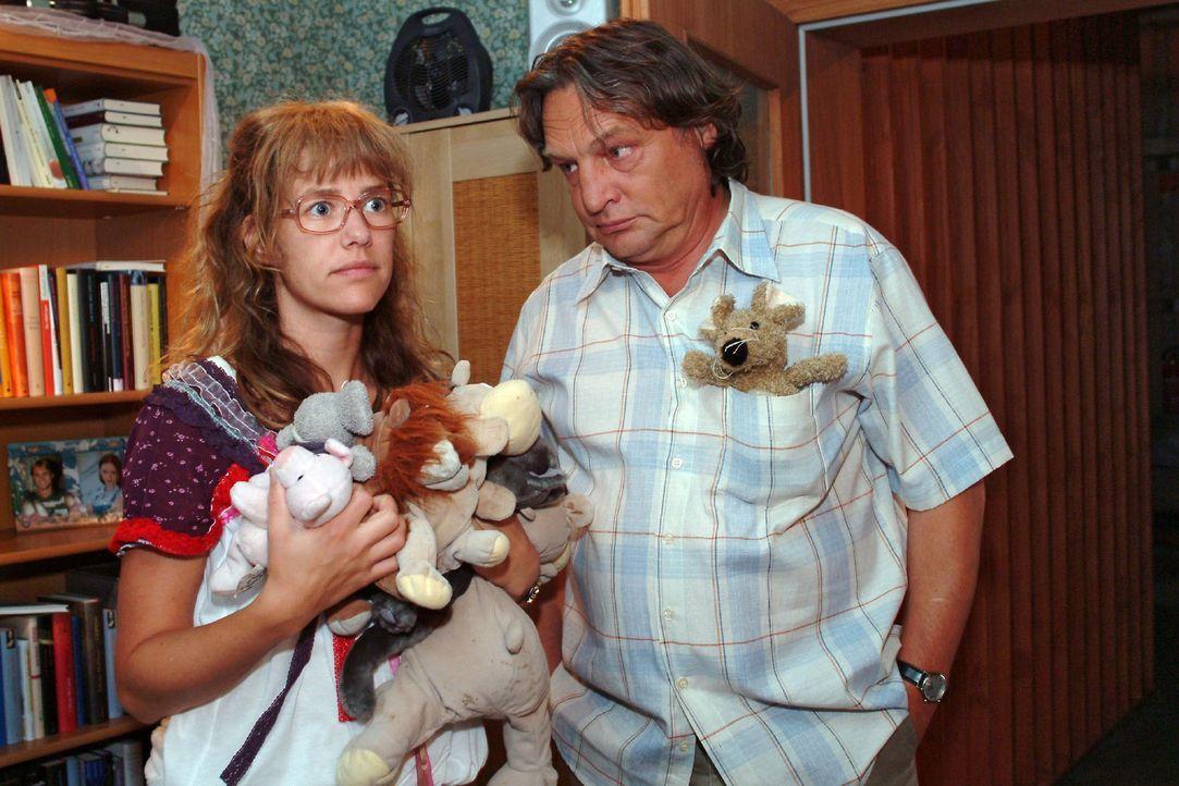 Bernd (Volker Herold, r.) registriert, dass Lisa (Alexandra Neldel, l.) ihr Zimmer verändert, damit Jürgen, den sie eingeladen hat, sich wohlfühlt.... - Bildquelle: Monika Schürle Sat.1