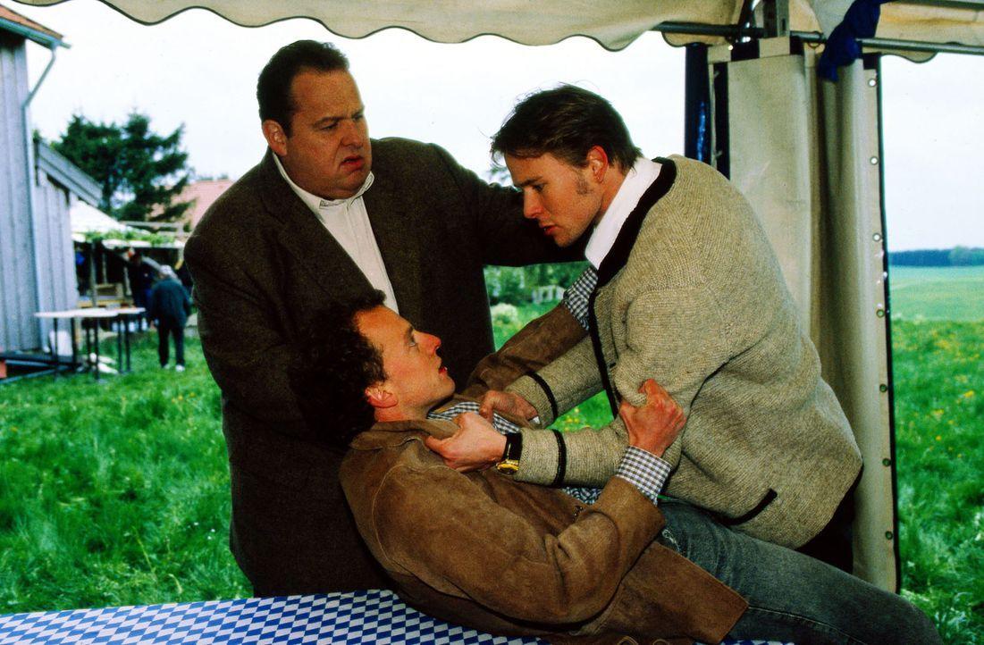 Hans Korndorfer (Philipp Brammer, M.) wird von Florian Auracher (Oliver Clemens, r.) angegriffen. Benno Berghammer (Ottfried Fischer, l.) kann die S... - Bildquelle: Magdalena Mate Sat.1