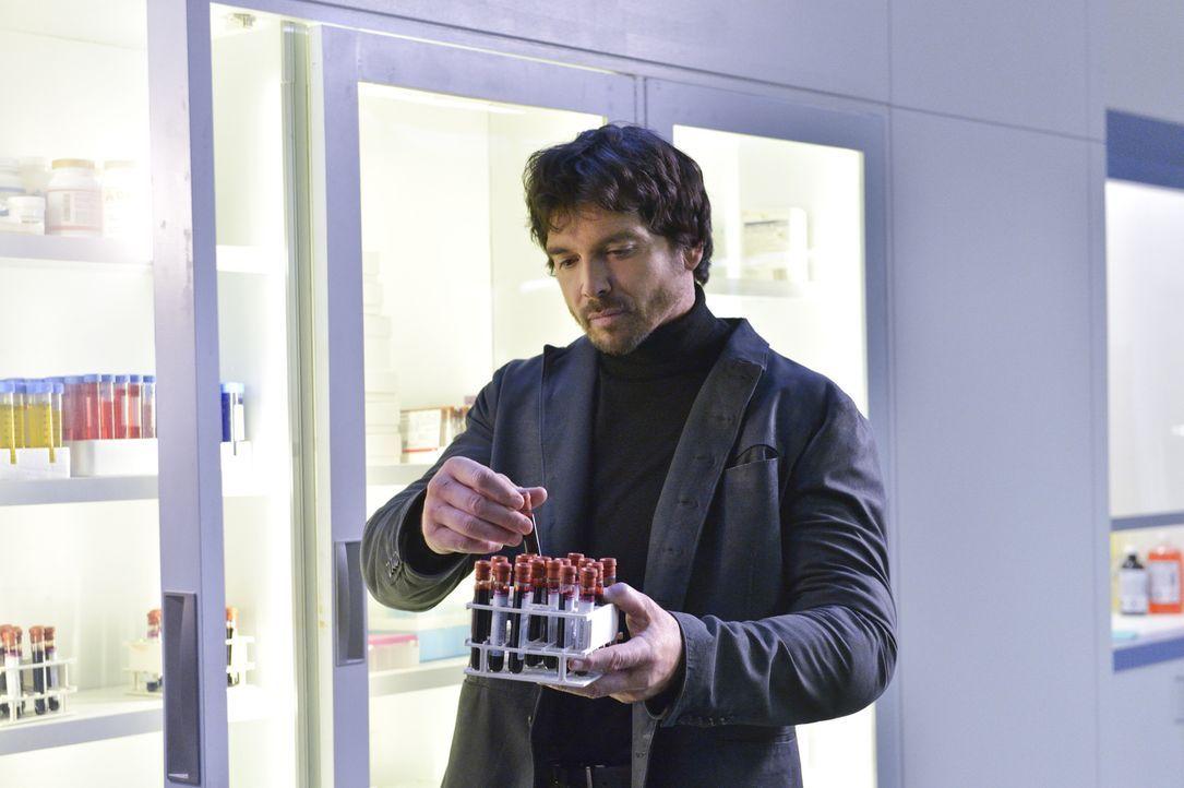 Statt weiter gegen Liam (Jason Gedrick) zu spielen, entscheidet sich Vincent, ihm zu helfen. Doch ist das wirklich eine gute Idee? - Bildquelle: Ben Mark Holzberg 2015 The CW Network, LLC. All rights reserved.