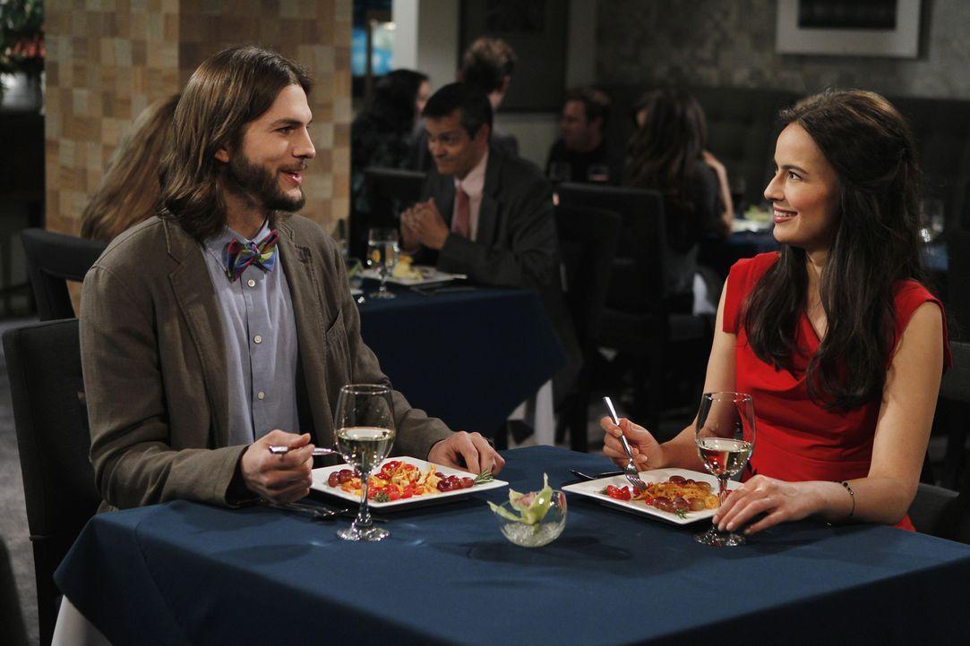 Haben Walden (Ashton Kutcher, l.) und Zoey (Sophie Winkleman, r.) eine Chance? - Bildquelle: Warner Brothers Entertainment Inc.