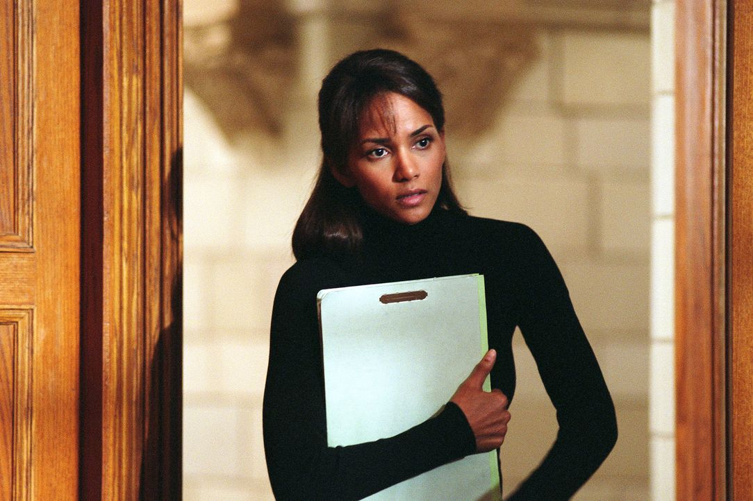 Die anerkannte Kriminalpsychologin Dr. Miranda Grey (Halle Berry) arbeitet in der psychiatrischen Abteilung des Frauenknasts Woodward, an der Seite... - Bildquelle: 2004 Sony Pictures Television International. All Rights Reserved.