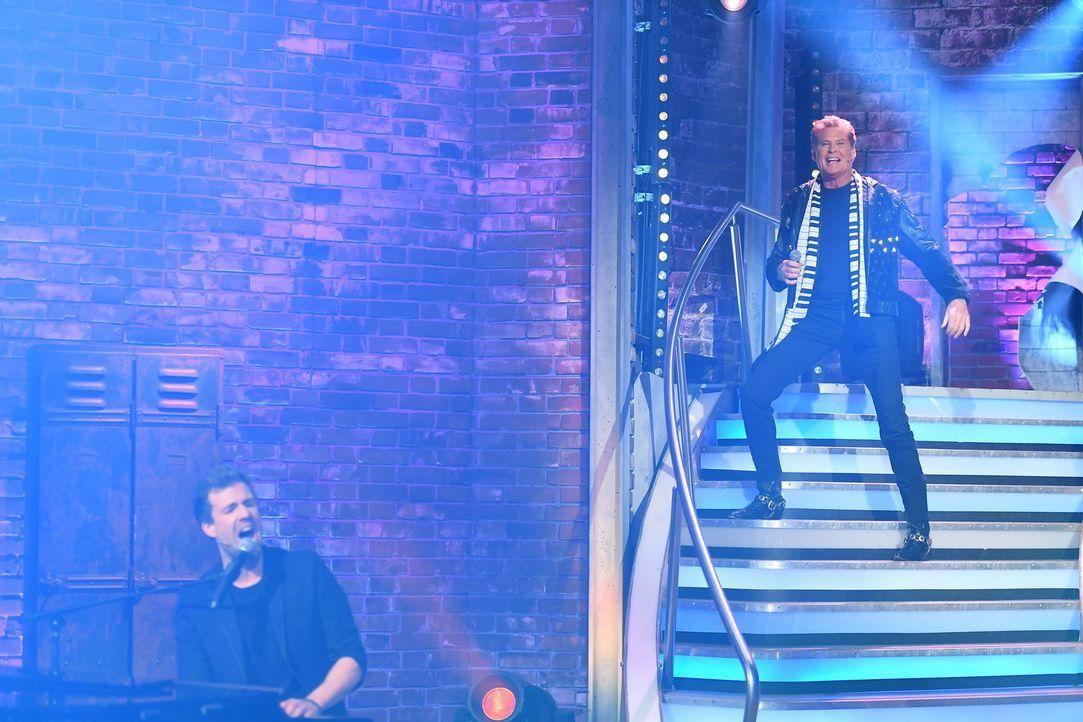 """Das Bonner Allroundtalent Luke Mockridge (l.) ehrt sein Lieblingsjahrzehnt bei """"Luke! Die 90er und ich"""" in einem Duett mit David Hasselhoff (r.). Di... - Bildquelle: Willi Weber SAT.1/Willi Weber"""