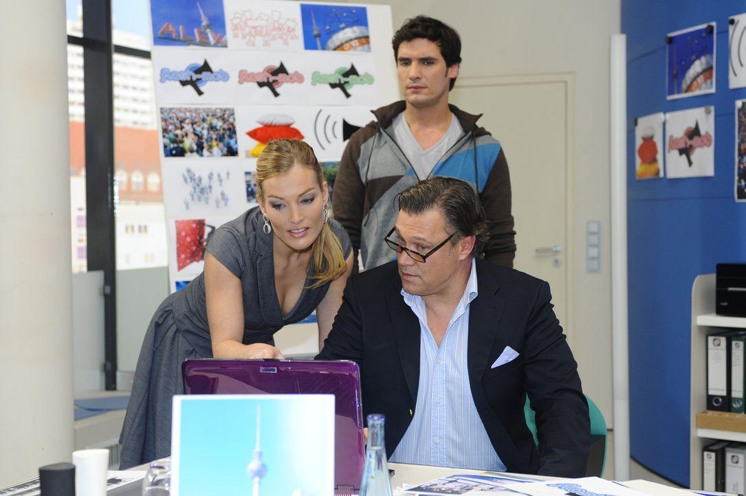 Neuigkeiten: Richard (Robert Jarczyk, vorne r.) teilt Alexander (Paul Grasshoff,  hinten) und Annett (Tanja Wenzel, vorne l.) mit, dass David in die... - Bildquelle: SAT.1