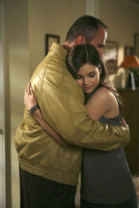 George (Mark Derwin, l.) braucht ein paar Tage Pause, um über seine Ehe nachzudenken - wird er zu seiner Tochter Ashley (India Eisley, r.) und dem R... - Bildquelle: ABC Family