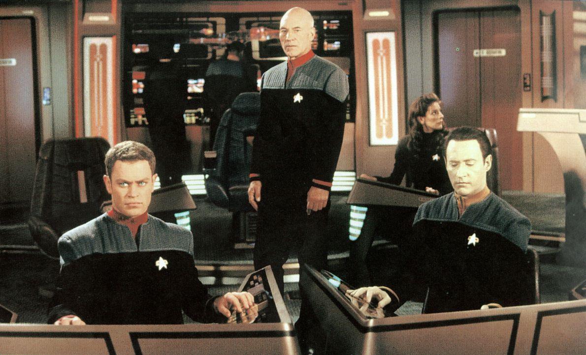 (v.l.n.r.) Auf der Brücke der Enterprise: Steuermann Lt. Hawk (Neal McDonough), Captain Picard (Patrick Stewart) und Commander Data (Brent Spiner) h... - Bildquelle: Paramount Pictures