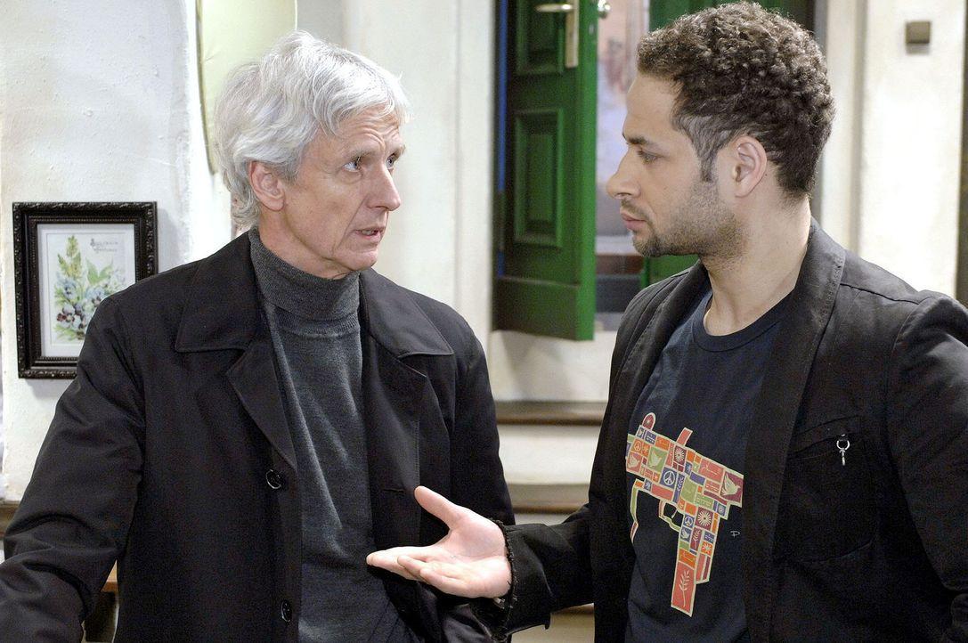 Jannicks (Mike Adler, r.) klare Worte bringen Robert (Mathieu Carrière, l.) ins Grübeln. - Bildquelle: Oliver Ziebe Sat.1