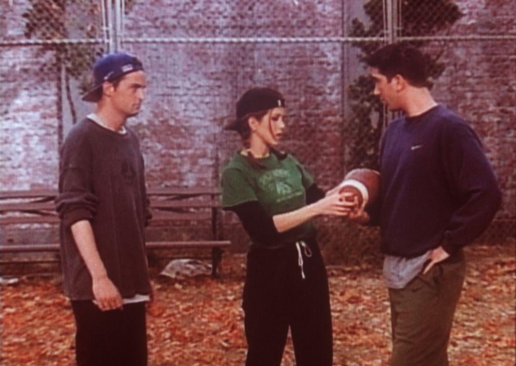 Chandler (Matthew Perry, l.), Rachel (Jennifer Aniston, M.) und Ross (David Schwimmer, r.) wollen sich endlich einmal sportlich betätigen und setze... - Bildquelle: TM+  2000 WARNER BROS.
