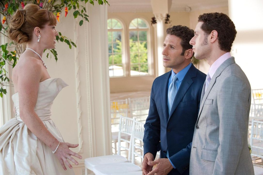 Ginnie (Angela Goethals, l.) befürchtet, dass niemand ihrer Hochzeitseinladung folgen wird. Dr. Hank Lawson (Mark Feuerstein, M.) und Evan R. Lawson... - Bildquelle: Universal Studios