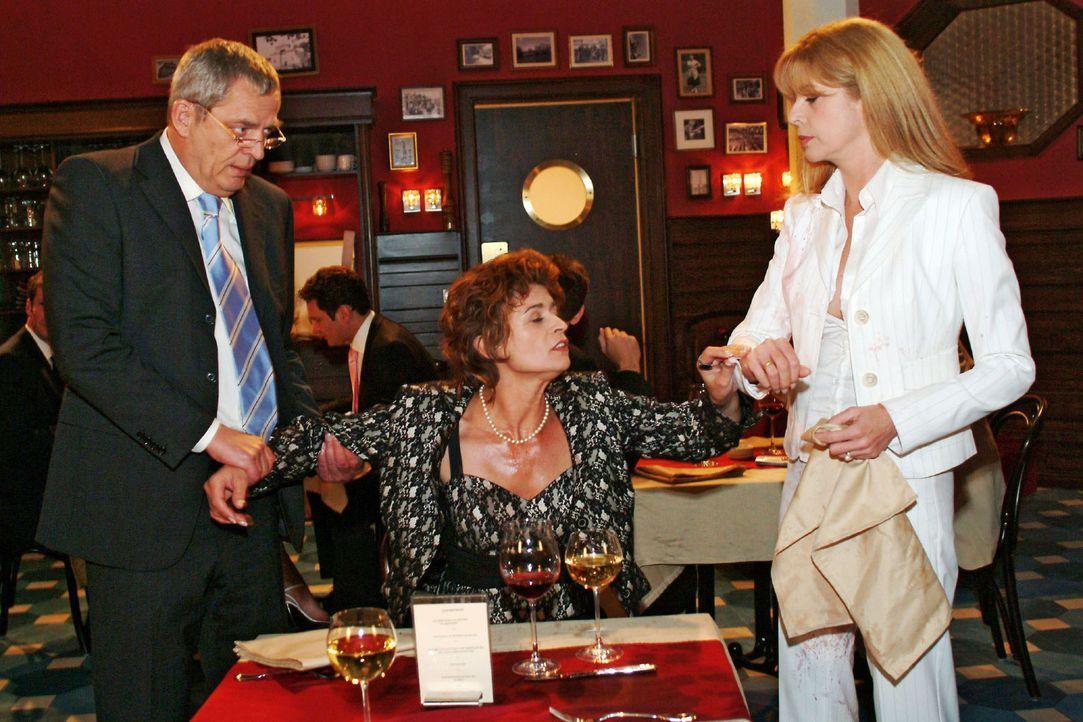 Friedrich (Wilhelm Manske, l.) und Laura (Olivia Pascal, r.) haben alle Mühe, Sophie (Gabrielle Scharnitzky, M.) zu beruhigen. - Bildquelle: Monika Schürle Sat.1