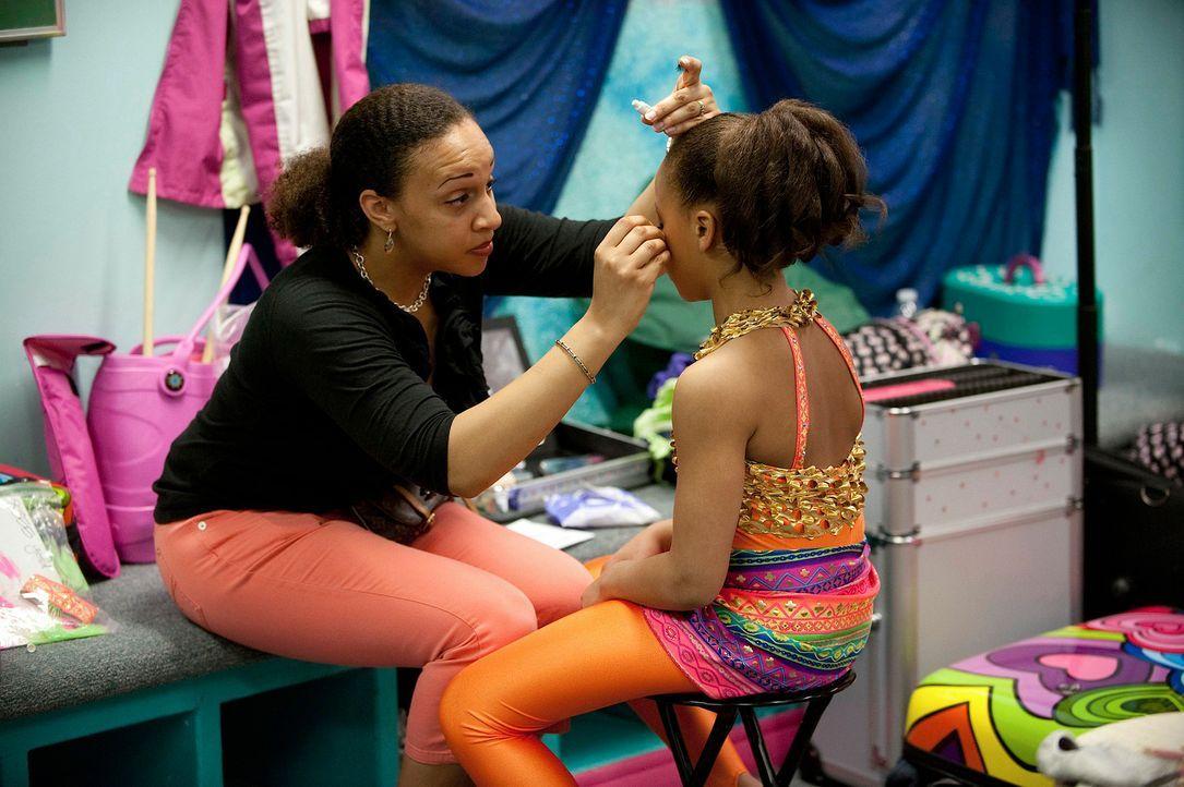 Nia (r.) wird von ihrer Mutter Holly (l.) für den bevorstehenden Auftritt vorbereitet. - Bildquelle: 2011 A&E Television Networks, LLC. All rights reserved.
