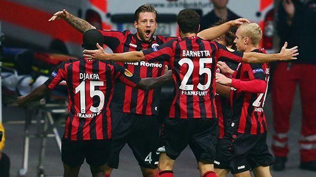 Marco Russ jubelt mit den Kollegen von Eintracht Frankfurt gegen Bordeaux