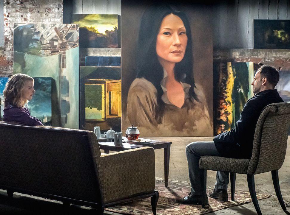 Holmes (Jonny Lee Miller, r.) ist schockiert, als er sieht, dass Moriarty (Natalie Dormer, l.) im Gefängnis ein Gemälde von Watson geschaffen hat, d... - Bildquelle: CBS Television