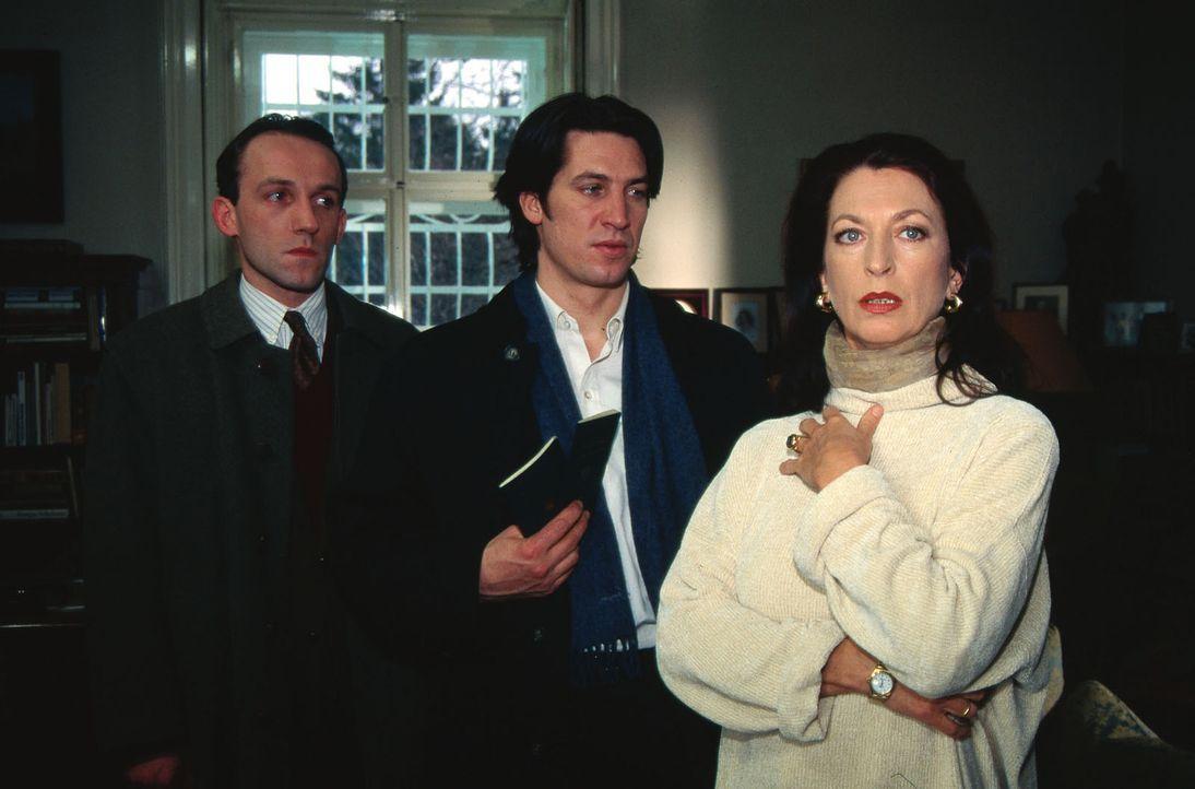 Kommissar Moser (Tobias Moretti, M.) und Stockinger (Karl Markovics, l.) befragen Heidi Staller (Daniela Ziegler, r.), die Ehefrau des Entführten. - Bildquelle: Ali Schafler Sat.1