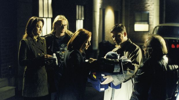 Scully (Gillian Anderson, 3.v.l.) und Reyes (Annabeth Gish, l.) übergeben den...