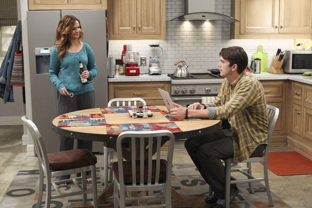 Walden (Ashton Kutcher, r.) hilft Jenny (Amber Tamblyn, l.) dabei, größeren Ehrgeiz für ihre Karriere zu entwickeln, während Alan ganz andere Pläne... - Bildquelle: Warner Bros. Television