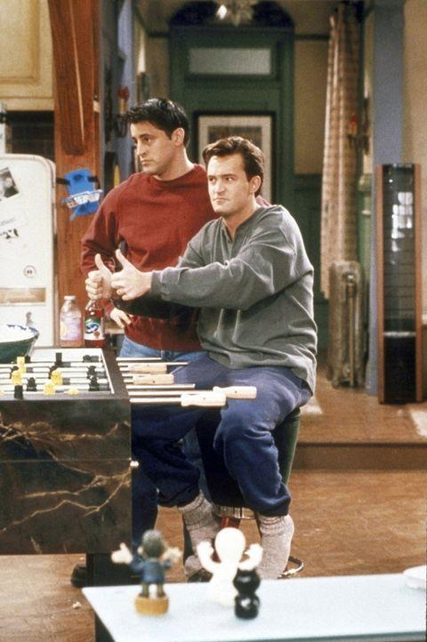 Joey (Matt LeBlanc, l.) und Chandler (Matthew Perry, r.) merken, dass sie unerwartet einen Porno-Kanal umsonst empfangen. - Bildquelle: TM+  2000 WARNER BROS.