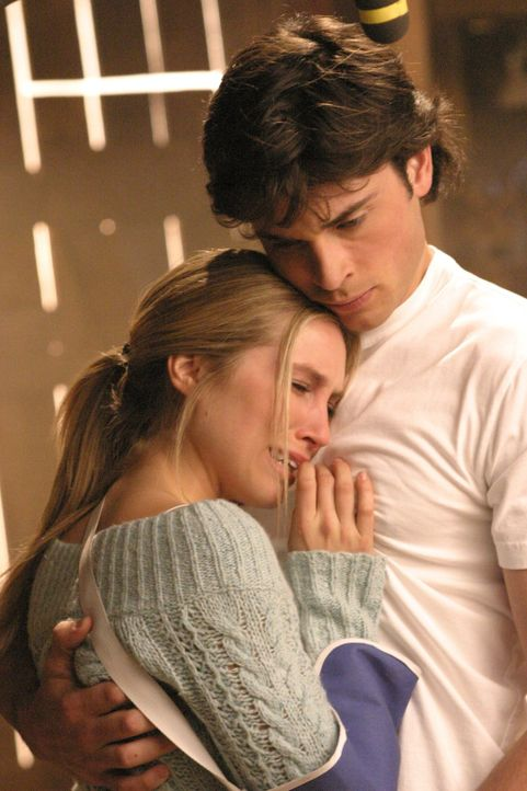 Ausgerechnet als Clark (Tom Welling, r.) sich einsam fühlt, taucht seine alte Bekannte Alicia (Sarah Carter, l.) wieder in Smallville auf ... - Bildquelle: Warner Bros.