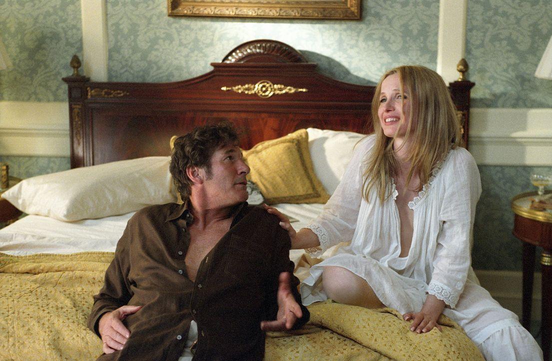 Clifford Irving (Richard Gere, l.) kann der Verlockung einfach nicht widerstehen und landet abermals mit Nina (Julie Delpy, r.) im Bett ...