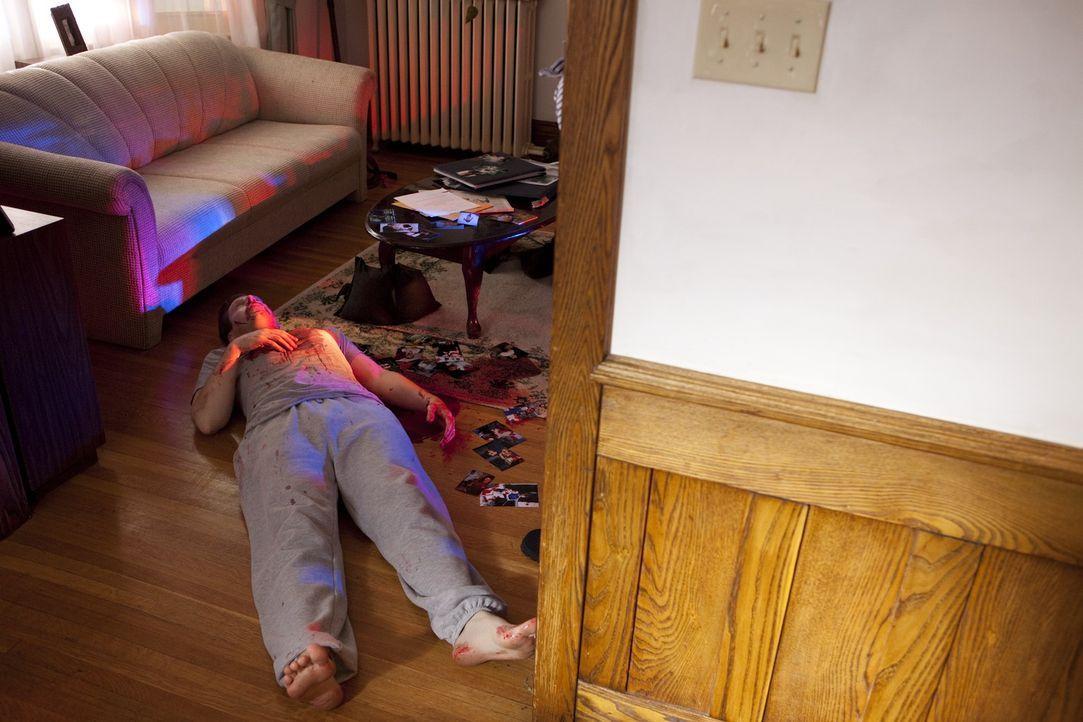 Der beliebte Zahnarzt John Yelenic (Ryan Griffiths) wird in einer Blutlache auf dem Boden seines Hauses tot aufgefunden. Hatte etwa seine Scheidung... - Bildquelle: Jeremy Lewis Cineflix 2010