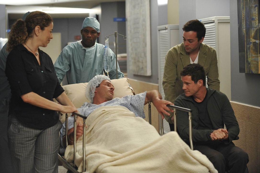 Bei Christian (Julian McMahon, liegend) wurde Brustkrebs festgestellt. Liz (Roma Maffia, l.), Sean (Dylan Walsh, vorne r.) und Matt (John Hensley, h... - Bildquelle: Warner Bros. Entertainment Inc. All Rights Reserved.