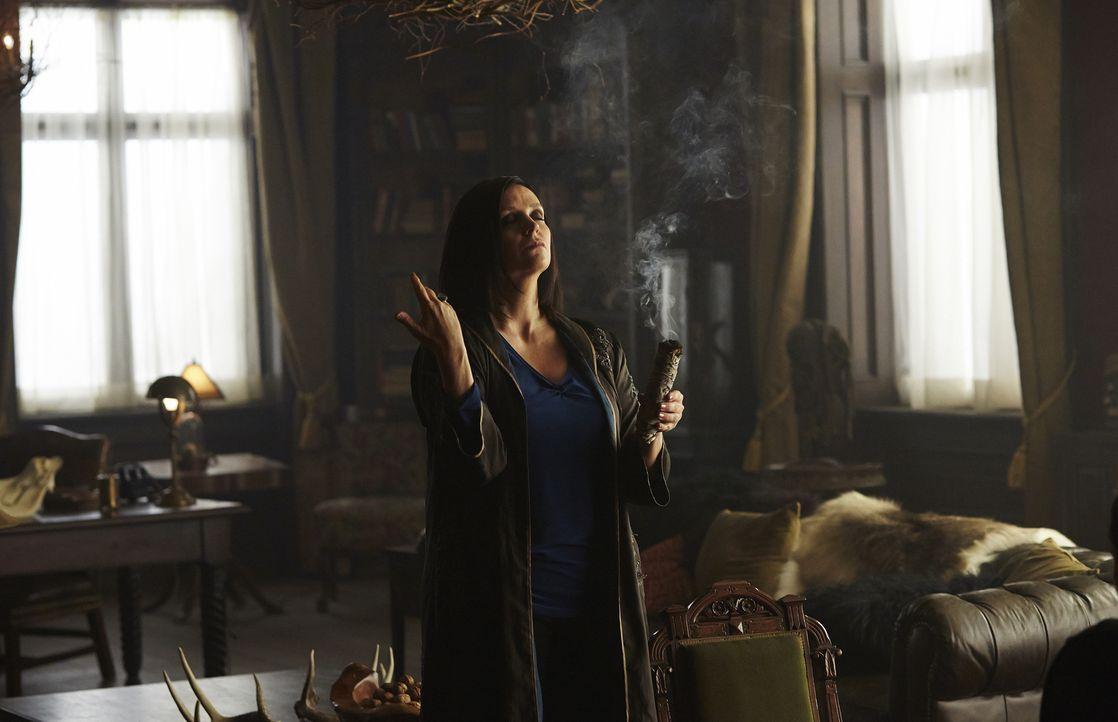 Wird Ruth (Tammy Isbell) wirklich dunkle Magie anwenden? - Bildquelle: 2015 She-Wolf Season 2 Productions Inc.