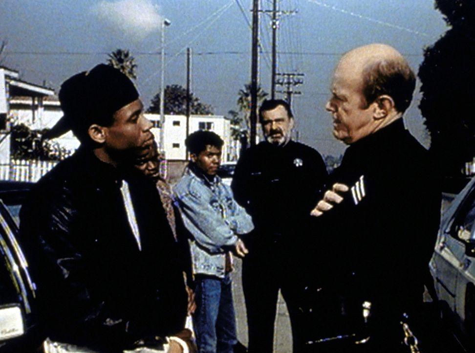 Mark (Victor French, 2.v.r.) muss mit ansehen, wie sein Partner Frank (Kenneth Kimmins, r.) bei Alberts (Guy Killum, l.) Verhaftung die dienstlichen... - Bildquelle: Worldvision Enterprises, Inc.