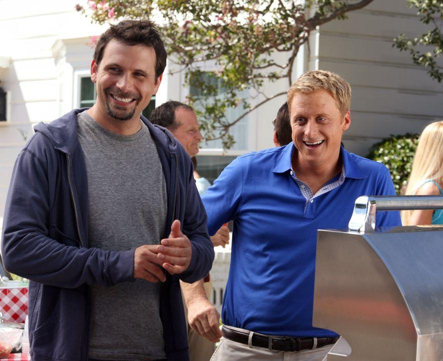 George (Jeremy Sisto, l.) wird von seinen Nachbarn unter Druck gesetzt, endlich sein Einstands-Barbecue zu geben. Seine Versuche, sich dagegen zu we... - Bildquelle: Warner Bros. Television
