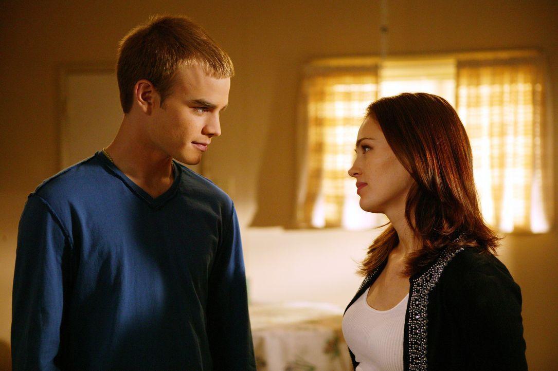 Rose (Sarah Thompson, r.) setzt ihren Freund Simon (David Gallagher, r.) unter Druck. Er soll sich endlich mal gegen seine Eltern durchsetzen. Mit d... - Bildquelle: The WB Television Network