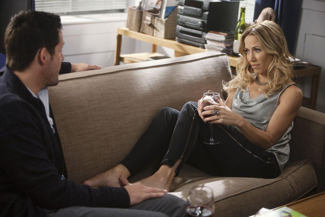 Ist Jules wirklich eine Gefährdung für ihre Beziehung? Grayson (Josh Hopkins, l.) und Sara (Sheryl Crow, r.) ... - Bildquelle: 2009 ABC INC.