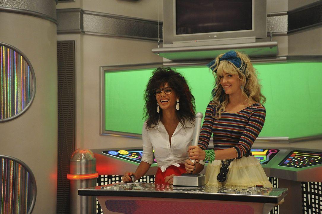 """Barney findet eine Kopie der kanadischen Kindersendung """"Space Teens"""", in der Robin (Cobie Smulders, r.) und ihre damalige beste Freundin Jessica (Ni... - Bildquelle: 20th Century Fox International Television"""