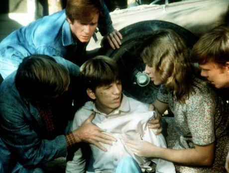 Die Waltons - Bei einer Reparatur ist ein Wagen auf Jim-Bob (David W. Harper,...