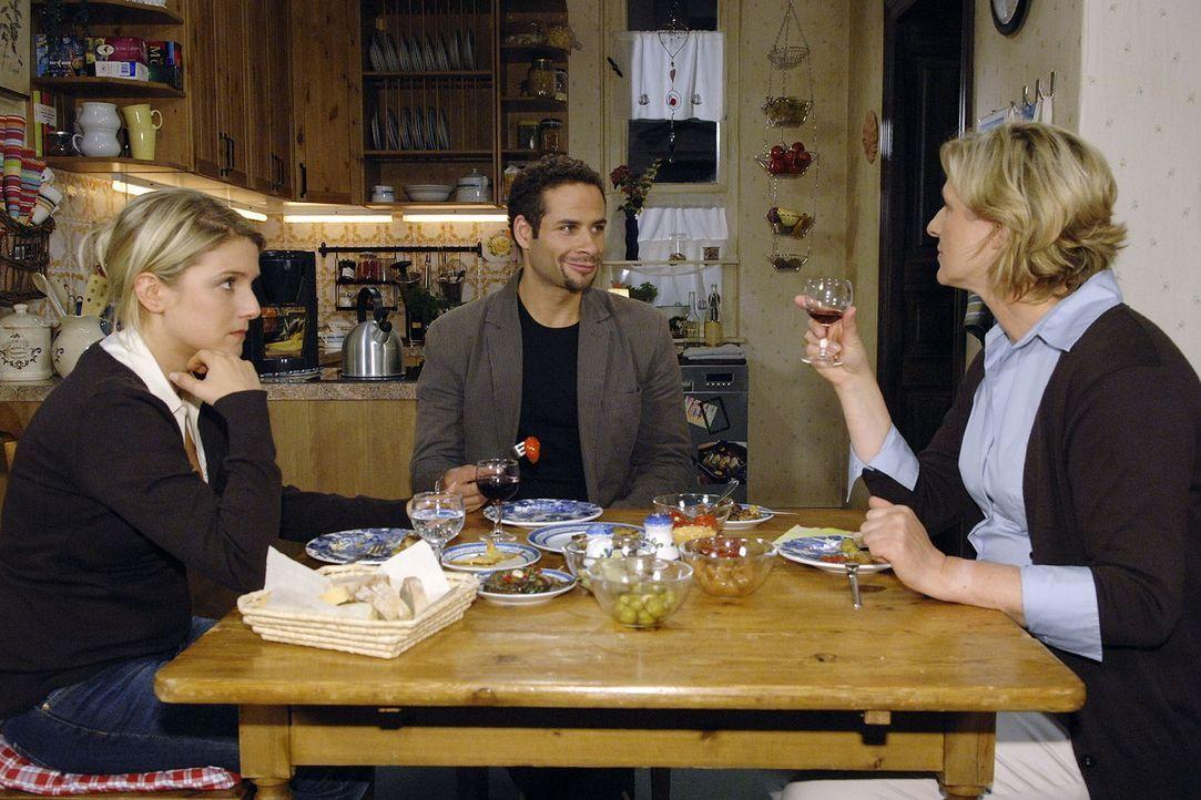 Anna (Jeanette Biedermann, l.) ist es unangenehm, dass Susanne (Heike Jonca, r.) Jannick (Mike Adler, M.) mit Fragen bombardiert. - Bildquelle: Claudius Pflug Sat.1
