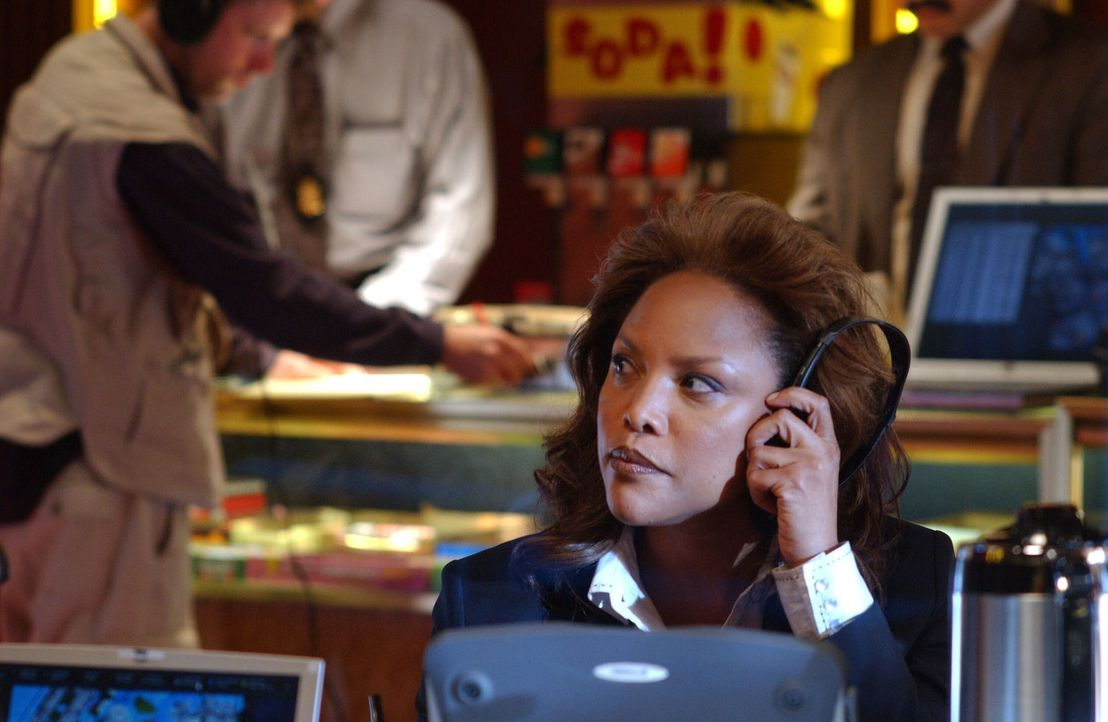 Hat Paula Van Doran (Lynn Whitfield) etwas mit dem Fall zu tun? - Bildquelle: Warner Bros. Entertainment Inc.