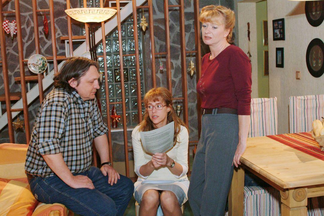 Betrübt müssen Bernd (Volker Herold, l.) und Lisa (Alexandra Neldel, M.) feststellen, dass Helga (Ulrike Mai, r.) das Kleingedruckte im Aloe Vera-... - Bildquelle: Sat.1