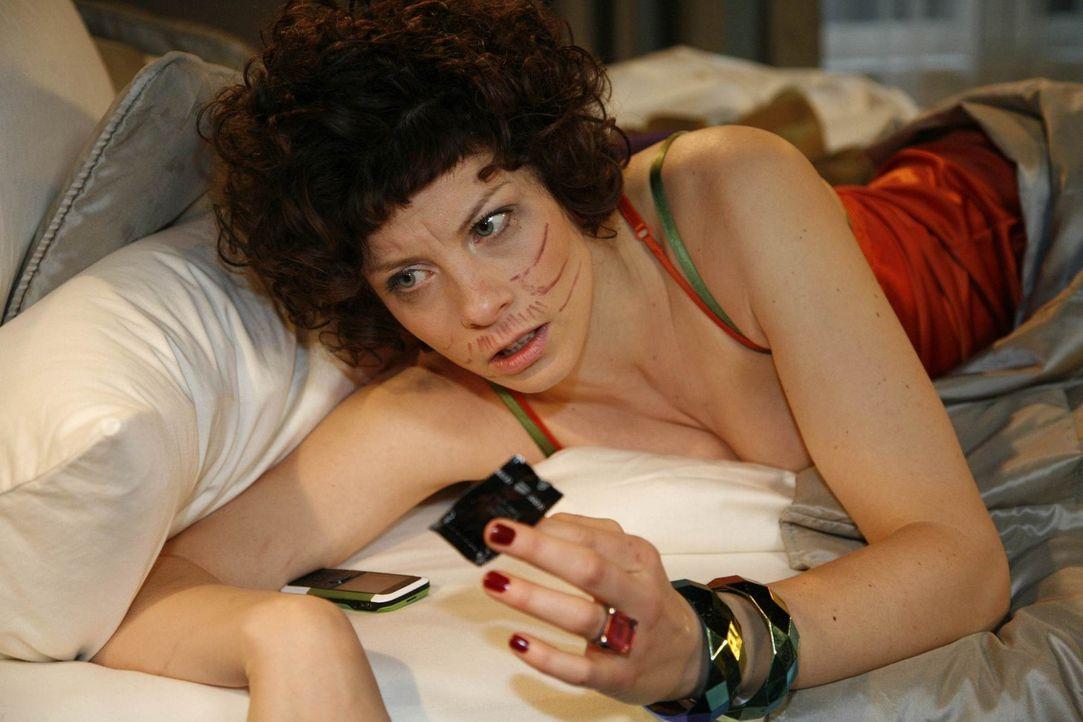 Alexandra schmiedet düstere Pläne, um sich an Emily (Anna Schäfer) und Julius zu rächen, die eine heimliche Affäre haben .... - Bildquelle: SAT.1