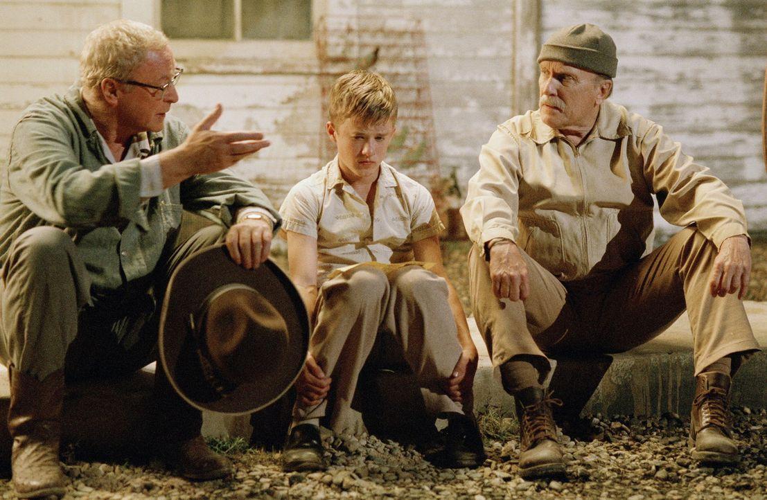 Nach und nach merkt Walter (Haley Joel Osment, M.), dass in seinen Onkels Hub (Robert Duvall, r.) und Gath (Michael Caine, l.) mehr steckt, als er z... - Bildquelle: New Line Cinema
