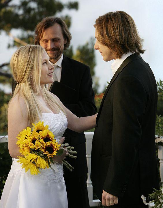 Rückblick in vergangene Zeiten: Allison (Patricia Arquette, l.) und Joe (Jake Weber, r.) vor dem Traualtar ... - Bildquelle: Paramount Network Television